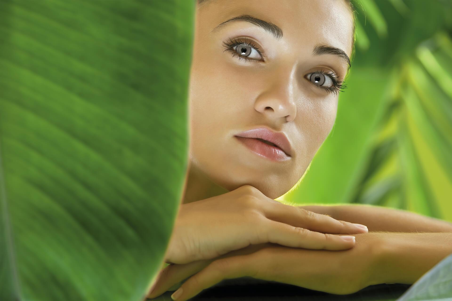 Gesichtsbehandlungen und Massagen, Anti-Falten Behandlungen mit Botox-ähnlicher Wirkung, Anti-Aging Gesichtsbehandlungen für Leuchtkraft, Festigkeit und Straffheit, klassische Gesichtsbehandlungen mit Hyaluronsäure, Gesichtsbehandlungen für gestresste Haut mit Gelée Royale, Gesichtsbehandlungen für allergische, empfindliche und gereizte Haut, Couperose, Rosazea, Dermatologische Peelings, Fruchtsäurepeeling, Akne und Narben Behandlungen, perfekte Haut in Rekordzeit, Anti-Aging Gesichtsmasken, Wimpern und Brauen färben, Sphinx Design bietet Ihnen, mit hochwertigen und innovativen Anti-Aging Behandlungen und Produkten, eine auf jeden Hauttyp zugeschnittene Gesichtsbehandlung an, zur Verstärkung der Behandlungsergebnisse, sind bei Sphinx Design Pflegeprodukte von Germaine de Capuccini für die weiterführende und unterstützende Heimpflege erhältlich, Germaine de Capuccini Spezialbehandlungen exklusiv bei Sphinx Design Kosmetikstudio Simone Burghard in Busswil bei Wil, im schönen Thurgau