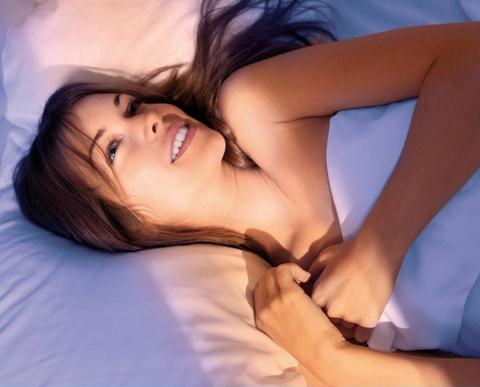 TIMEXPERT SLEEPING CURE Detox Nachtkonzentrat von Germaine de Capuccini, ist ein Nacht-Entgiftungskonzentrat mit 60% aktivem Wirkstoff ab der ersten Nacht, das dem ermüdeten und erstickenden Aspekt, der Ihre Haut 5 Jahre älter aussehen lässt, ein Ende bereitet. Sleeping Cure ist ein wahrer intensiver Wiedererkenner, der mit maximaler Wirksamkeit – während der 23h-2h Golden Hours Goldene Stunden von 23:00 – 02:00 Uhr in der Nacht arbeitet, wenn der zelluläre Regenerationsprozess seinen höchsten Punkt erreicht. Ein fast magisches Erwachen für eine authentische Haut in nur 10 Nächten mit Sleeping Cure. Die frische und ultraleichte Textur und das Aroma entspannender Noten sorgen für ein Plus an Ruhe und Entspannung. Beruhigend und Feuchtigkeitsspendend – 8 effektive Pflanzenextrakte helfen, Rötungen und Irritationen zu reduzieren. Mit Avocado-Peptiden, die die Haut tief hydratisieren und ihre natürliche Abwehrkräfte stärken. Geeignet für jeden Hauttyp und jedes Alter, ermüdete Haut, die wegen Stress, Schlafmangel, Rauchen, usw betroffen ist. Als Vorbereitung der Haut für besondere Ereignisse. Gegen die Auswirkungen von Jetlag's und als Booster zur Verbesserung von Behandlungen. Zur Regenerierung der Haut, die von Medikamenten oder nach aggressiven medizinisch-ästhetischen Behandlungen betroffen ist. Germaine de Capuccini SRNS Pflegeprodukte exklusiv erhältlich bei Sphinx Design Kosmetikstudio Simone Burghard in CH-8371 Busswil bei Wil.