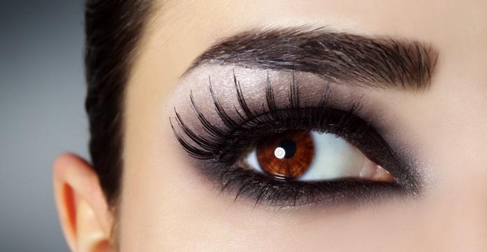 Schöne und gepflegte Wimpern und Augenbrauen. Wimpern und Brauen färben bei Sphinx Design Kosmetikstudio Simone Burghard in CH-8371 Busswil TG bei Wil